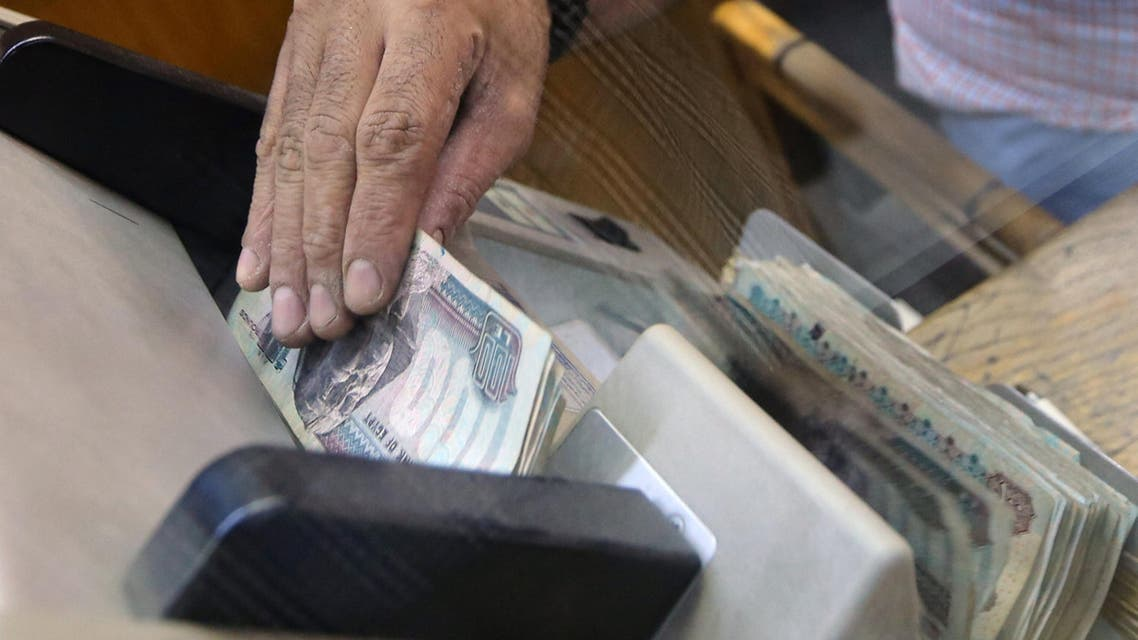 An employee counts Egyptian pounds in a foreign exchange office in central Cairo, Egypt, November 3, 2016. Reuters