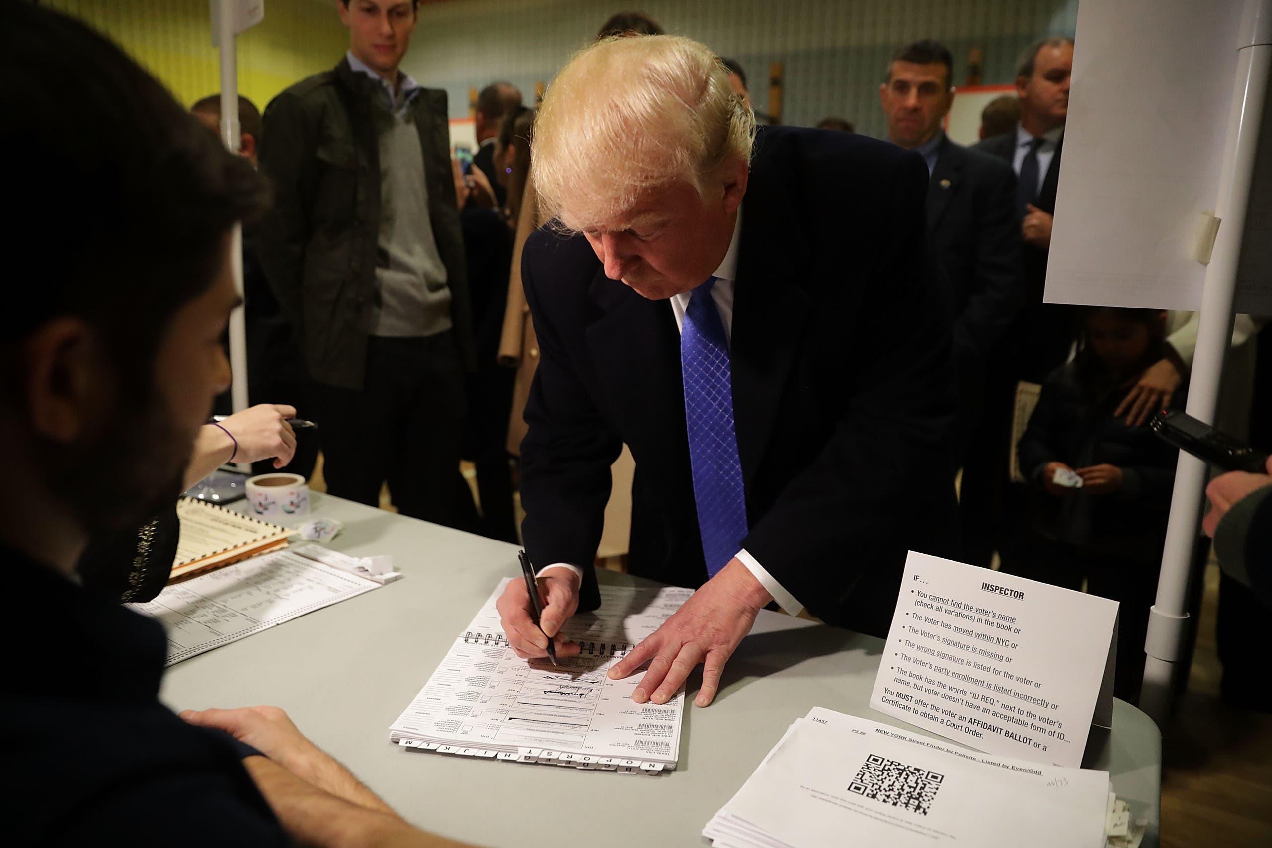 ترامپ برگ رای خود را پر می کند