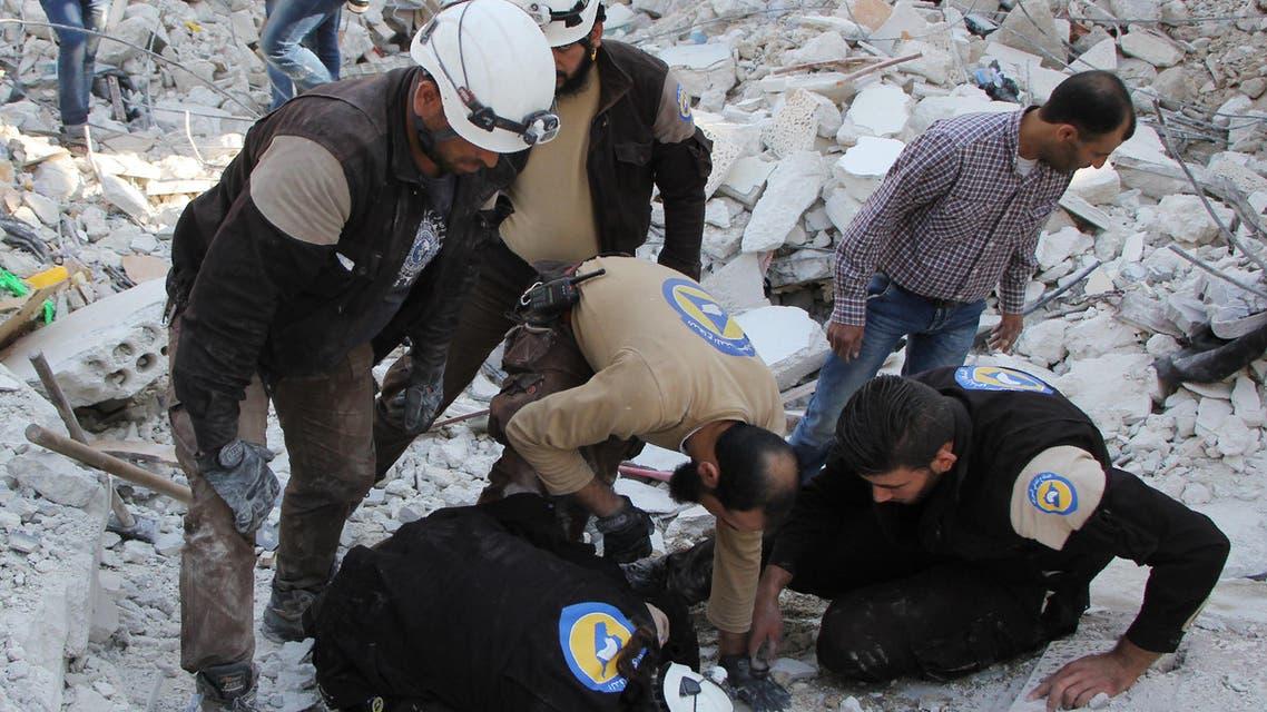 منقذون يبحثون عن ضحايا تحت الأنقاض في إدلب - فرانس برس