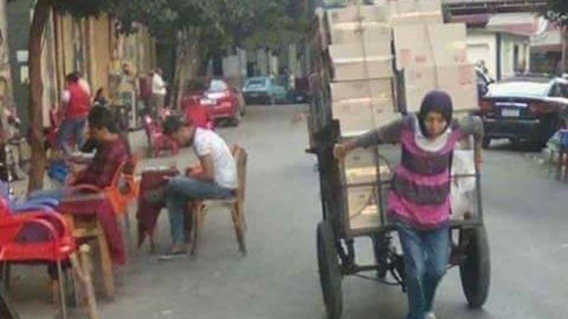 امرأة تجر عربة