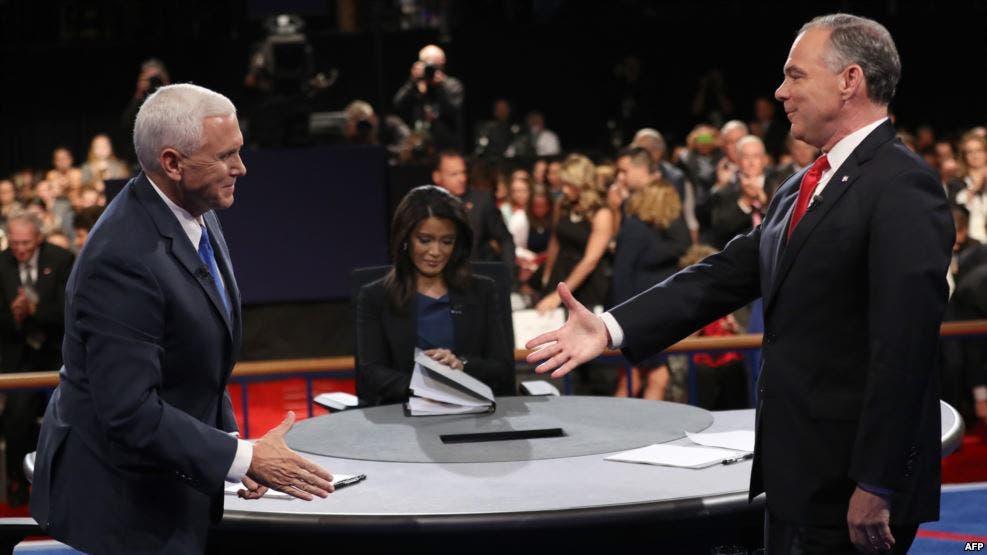 نائب ترامب مع نائب كلينتون يتصافحان خلال المناظرة
