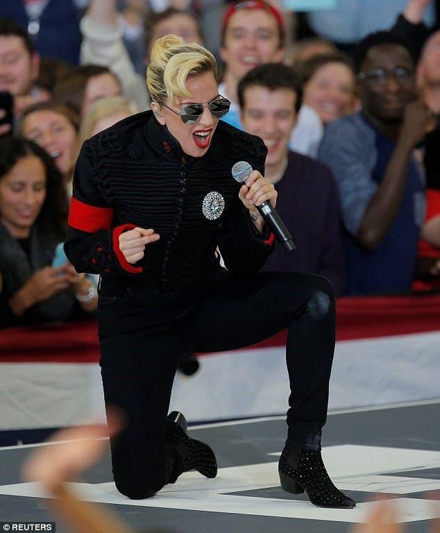 حفلها الأخير يوم الاثنين تغني لهيلاري بسترة مايكل جاكسون