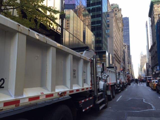 سيارات النفايات تسد طريق برج ترمب