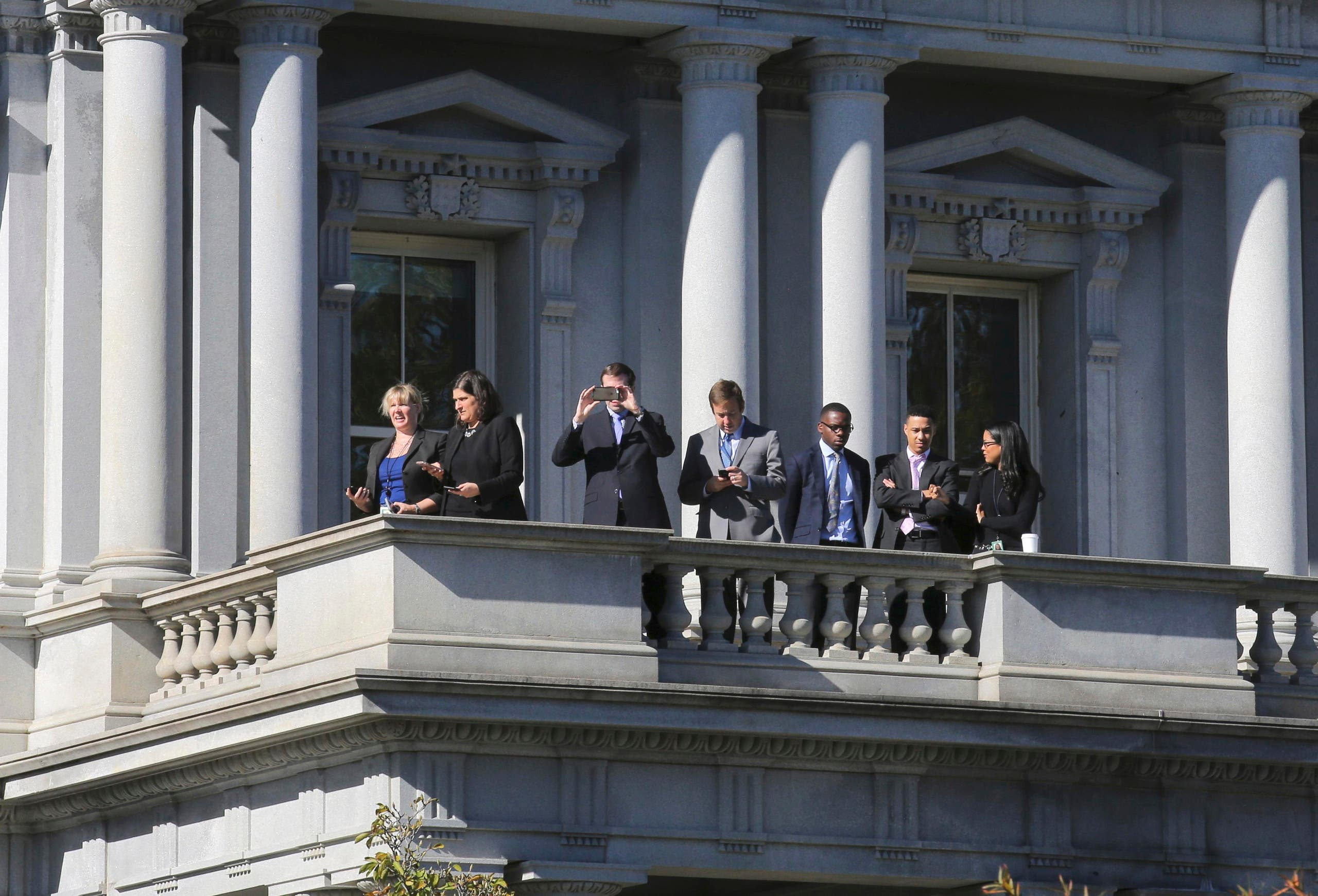 موظفون بالبيت الأبيض احتشدوا أمام أحد مبانيه لرؤية ترمب