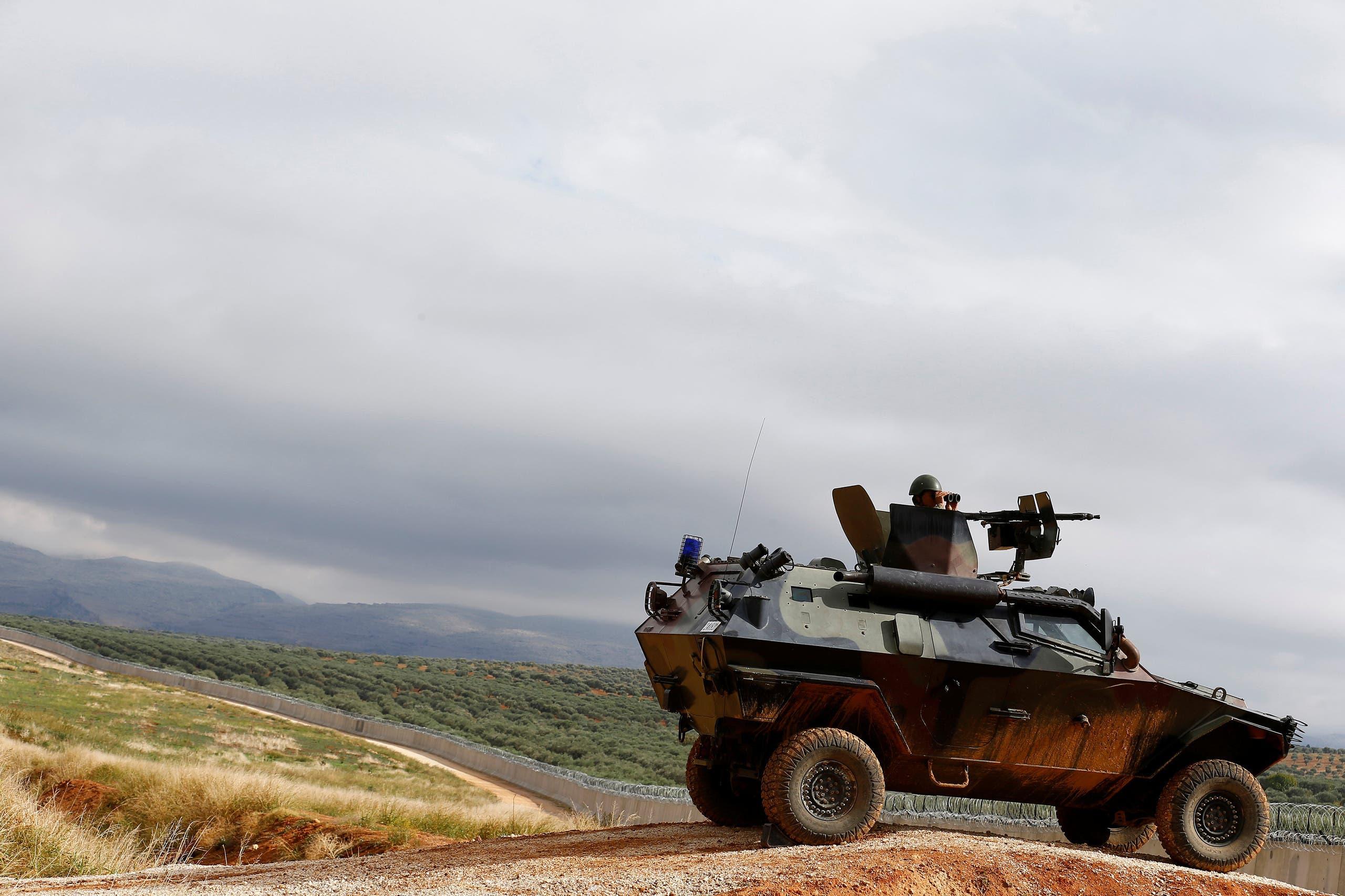 مدرعة تركية تقوم بدورية على الحدود مع سوريا (أرشيفية)
