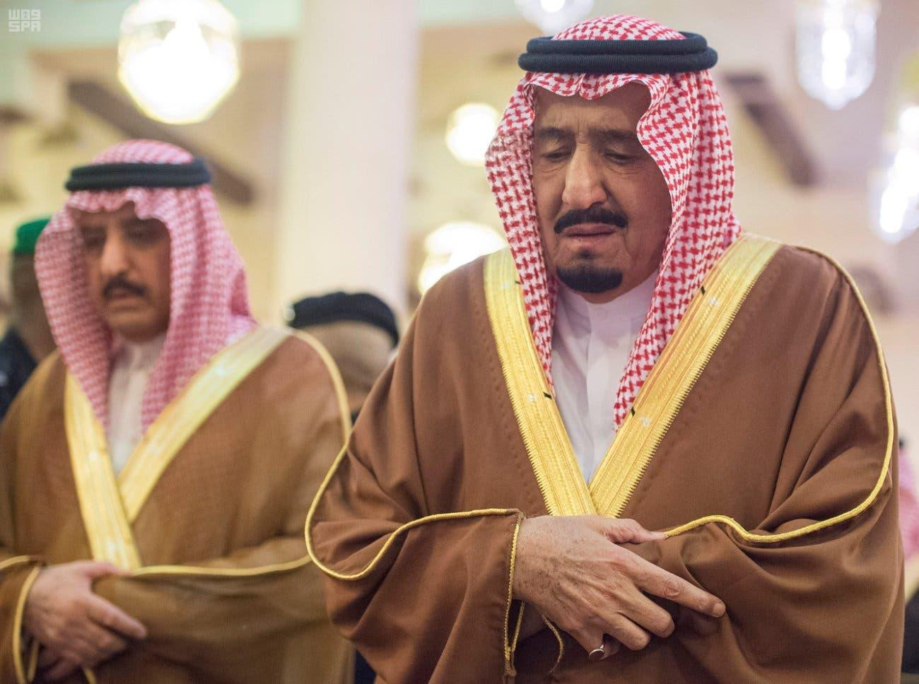 In photos: Saudi King Salman in tears, leads brother's funeral - Al