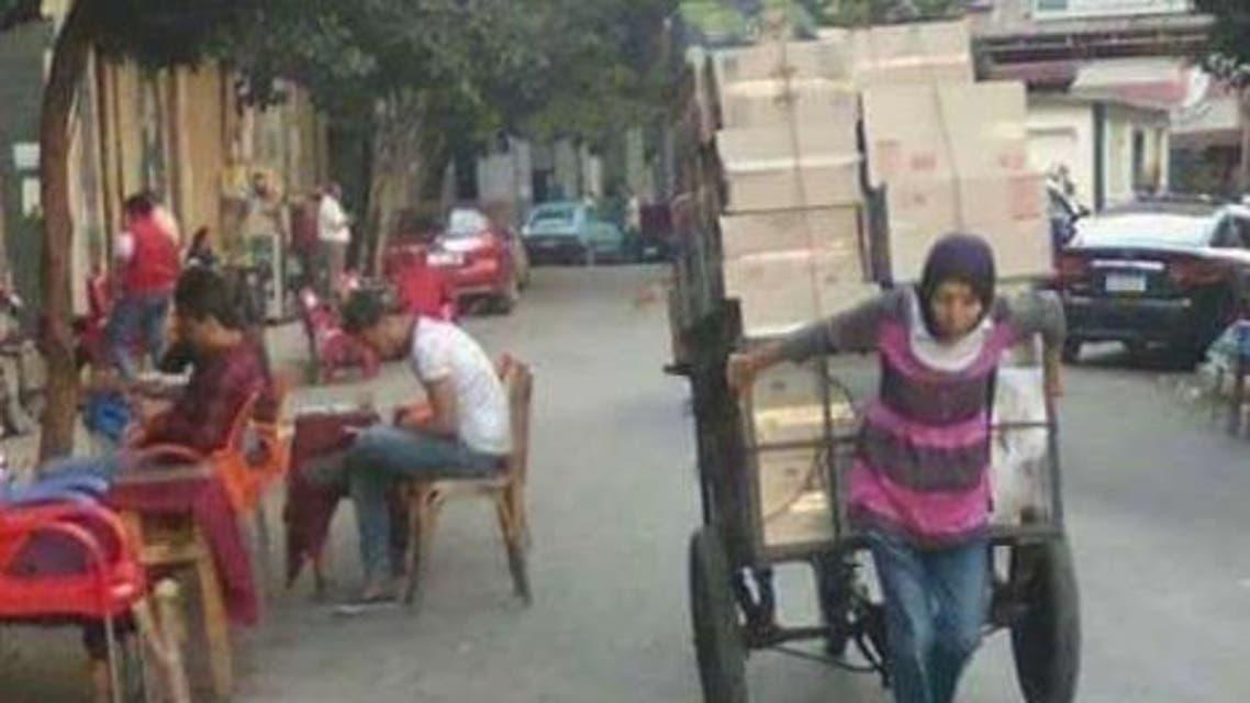 الفتاة المصرية التي تجر عربة البضائع في الاسكندرية