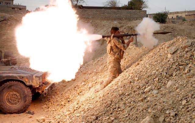 جندي عراقي يطلق قذيفة جنوب الموصل