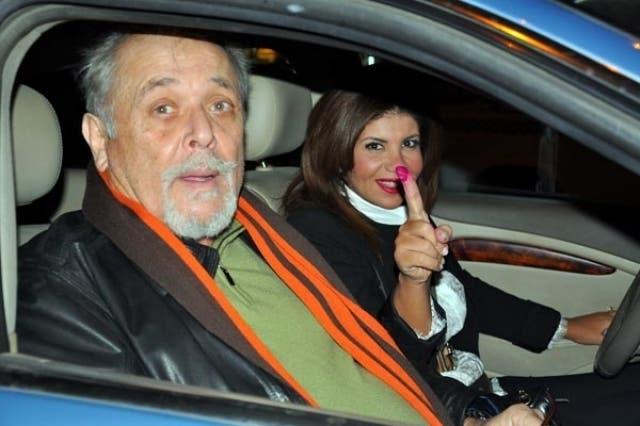 الراحل محمود عبدالعزيز وزوجته بوسي شلبي بعد الإدلاء بصوتيهما في الاستفتاء على الدستور المصري 2014