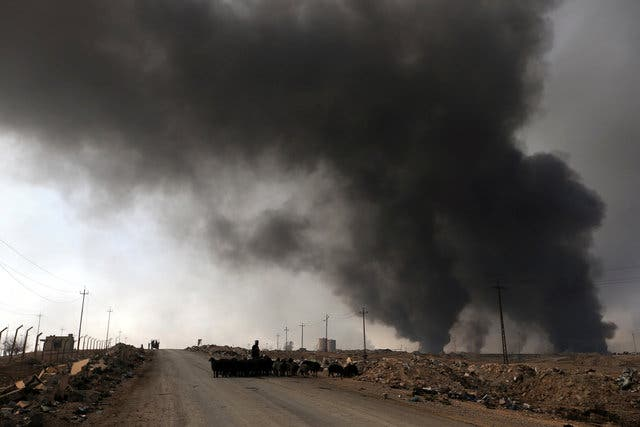 الدخان الأسود يتصاعد في القيارة بعد قيام عناصر داعش باحراق مخازن نفطية
