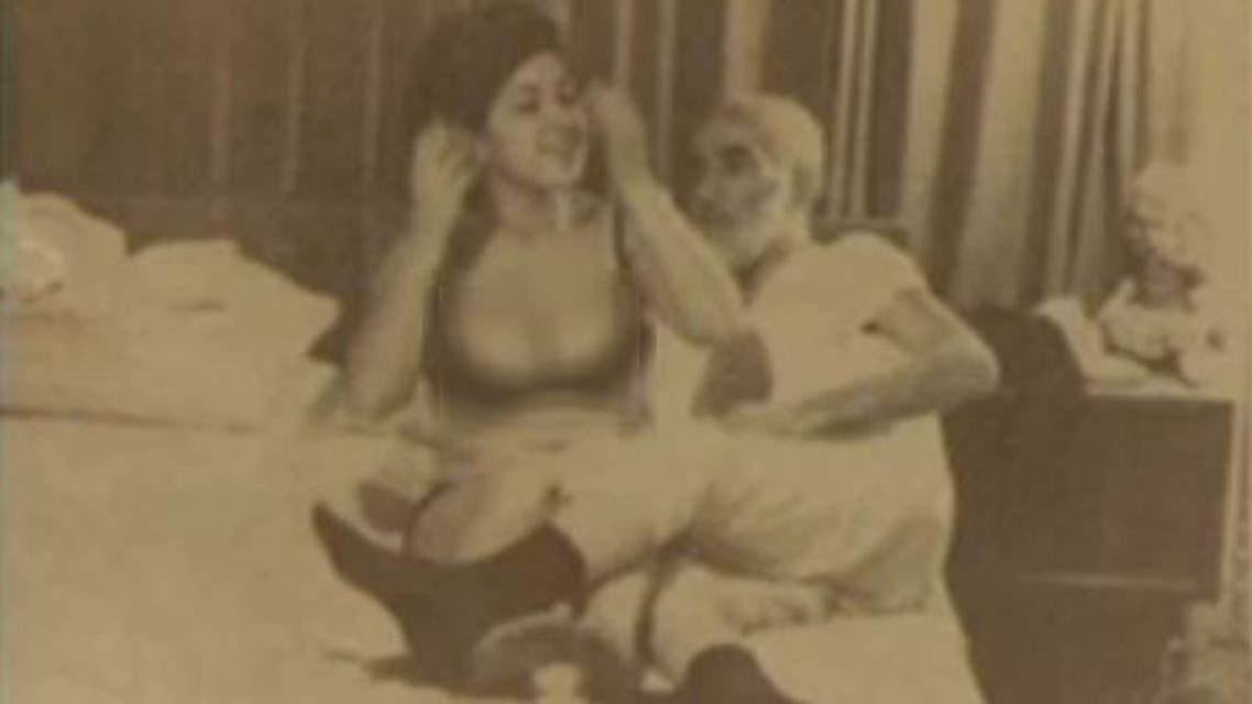 بالصور.. فتاة مخابرات بأحضان رجال دين إيرانيين