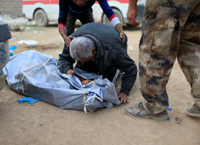 يندب قريبه الذي قتل بقذيفة داعشية في حي السلام- الموصل