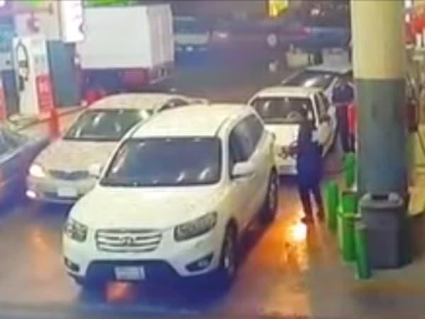 شاهد.. لحظة إنقاذ شاب لأمه من حريق في محطة وقود