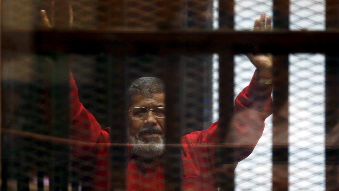 الرئيس الأسبق محمد مرسي بالبدلة الحمراء خلف القضبان 3