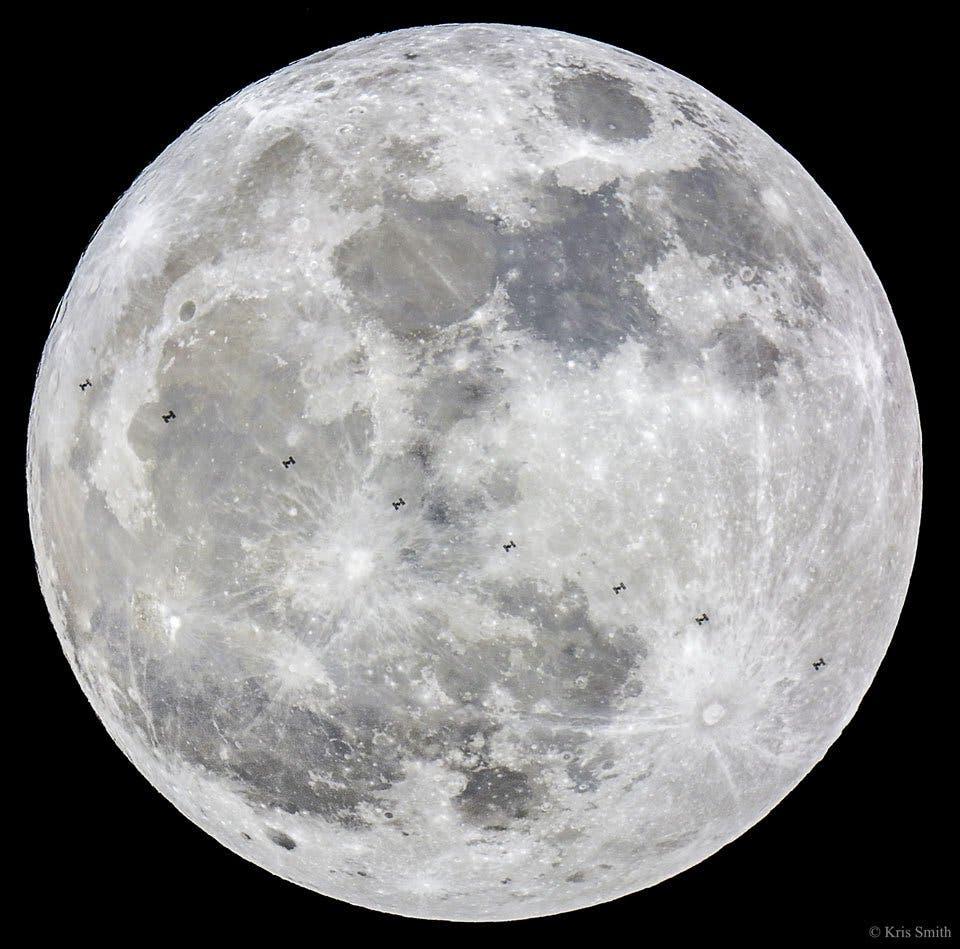صورة نشرها كريس سميث تظهر القمر العملاق ومحطة الفضاء الدولية