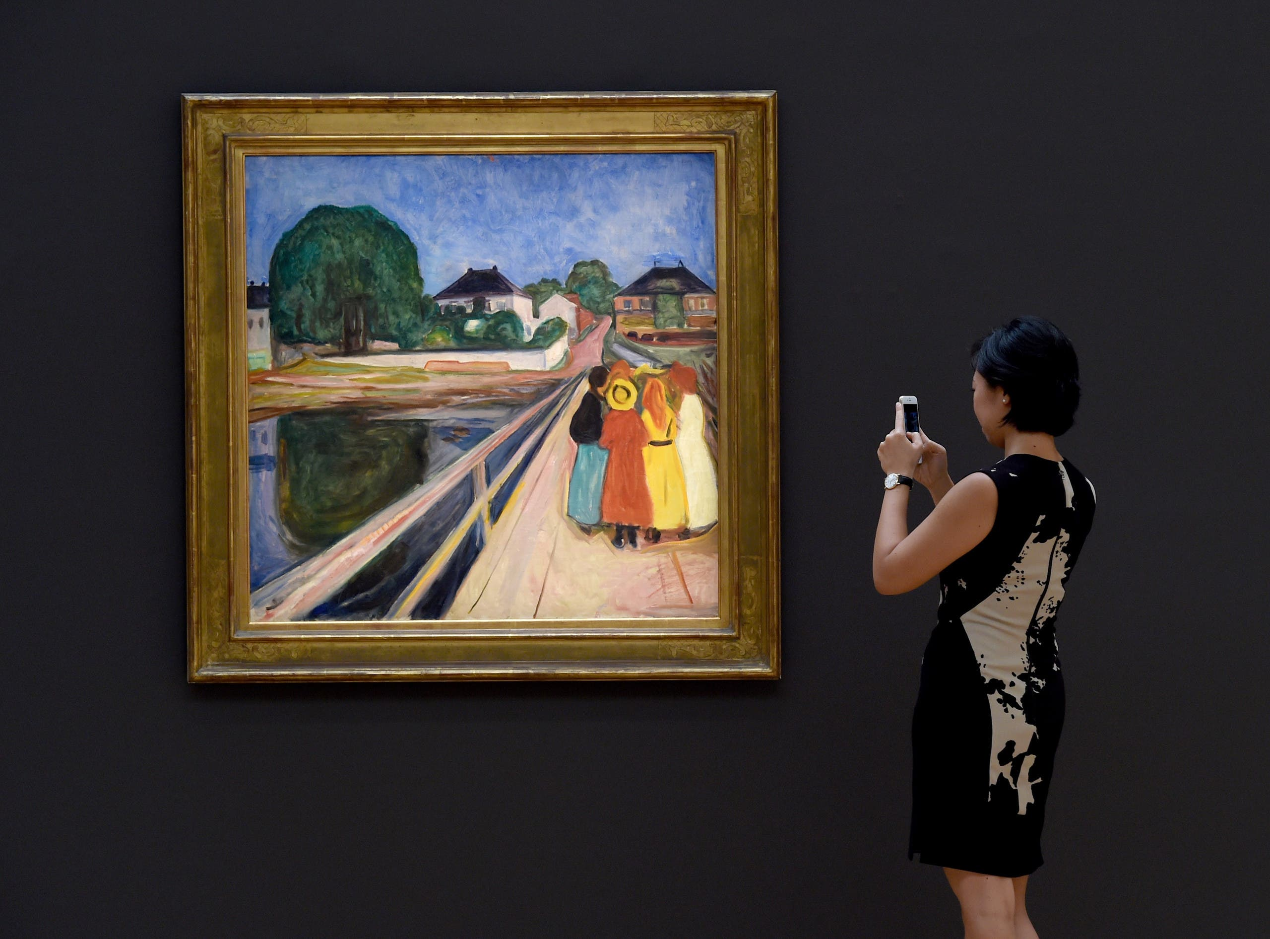 الفتيات على الجسر لـ إدفارت مونك خلال معرض في نيويورك