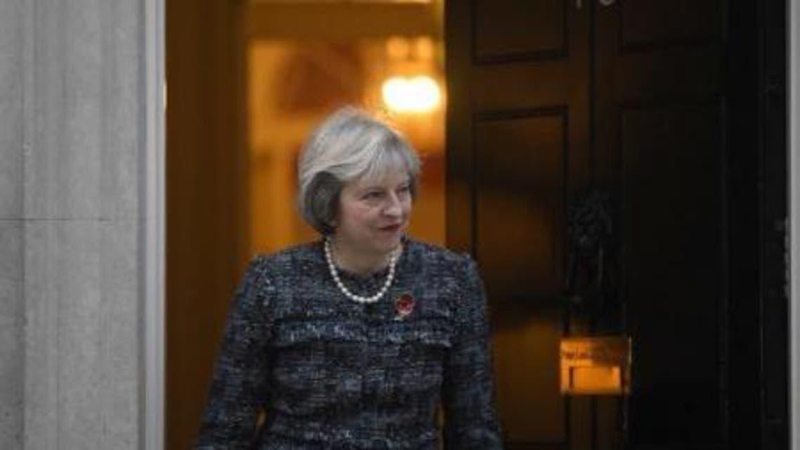 رئيس الوزراء البريطانية تيريزا ماي امام مقر الحكومة في لندن - رويترز.