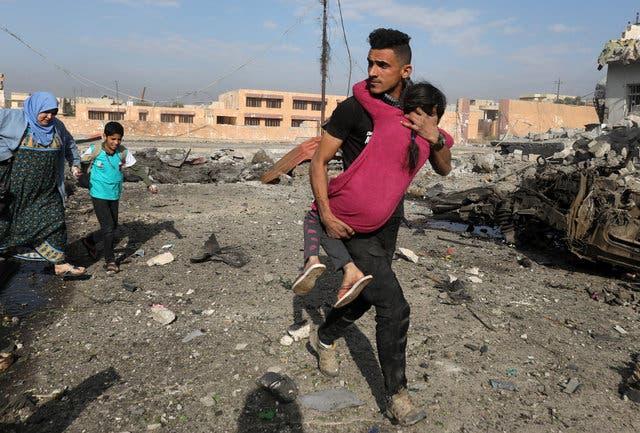 يحمل فتاة أصيبت بانفجار سيارة فخخها داعش