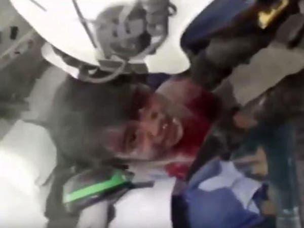 حلب.. فيديو مأساوي لانتشال طفل حي بين أنقاض منزله