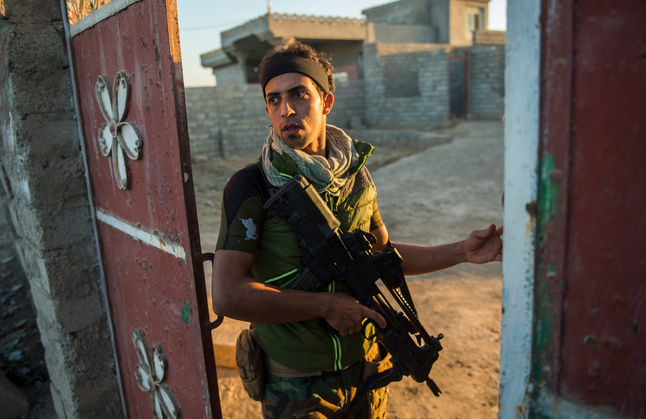 A member of forces from Iraq's elite Rapid Response Division patrols on November 19, 2016 in the village of Tall Adh-Dhahab, located some 10 kilometres (6 miles) south of Mosul.