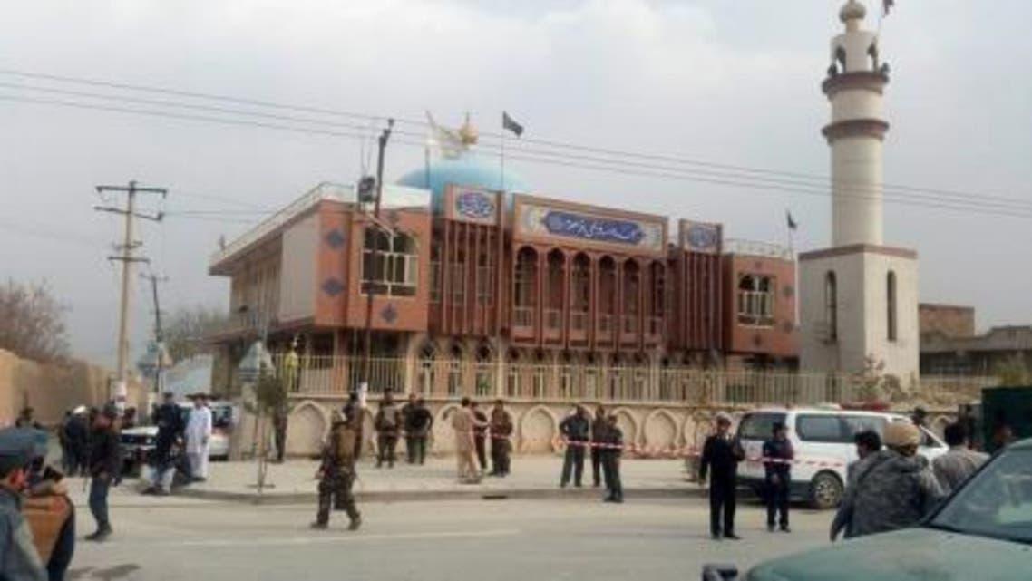 أفراد من قوات الأمن الافغانية يطوقون موقع مسجد شهد هجوما انتحاريا في العاصمة كابول يوم الاثنين- رويترز