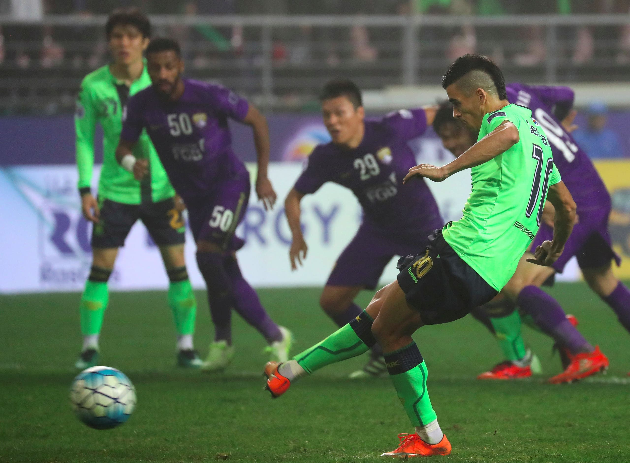 Jeonbuk Hyundai Motors' Leonardo Rodrigues Pereira (R) takes a penalty kick against Al Ain during the AFC Champions League Final 1st Leg football match in Jeonju on November 19, 2016. Brazilian forward Leonardo hit a blistering second-half double as Jeonbuk Hyundai Motors came from behind to beat Al Ain 2-1 and grab the initiative in the two-legged AFC Champions League final on November 19. YONHAP / AFP