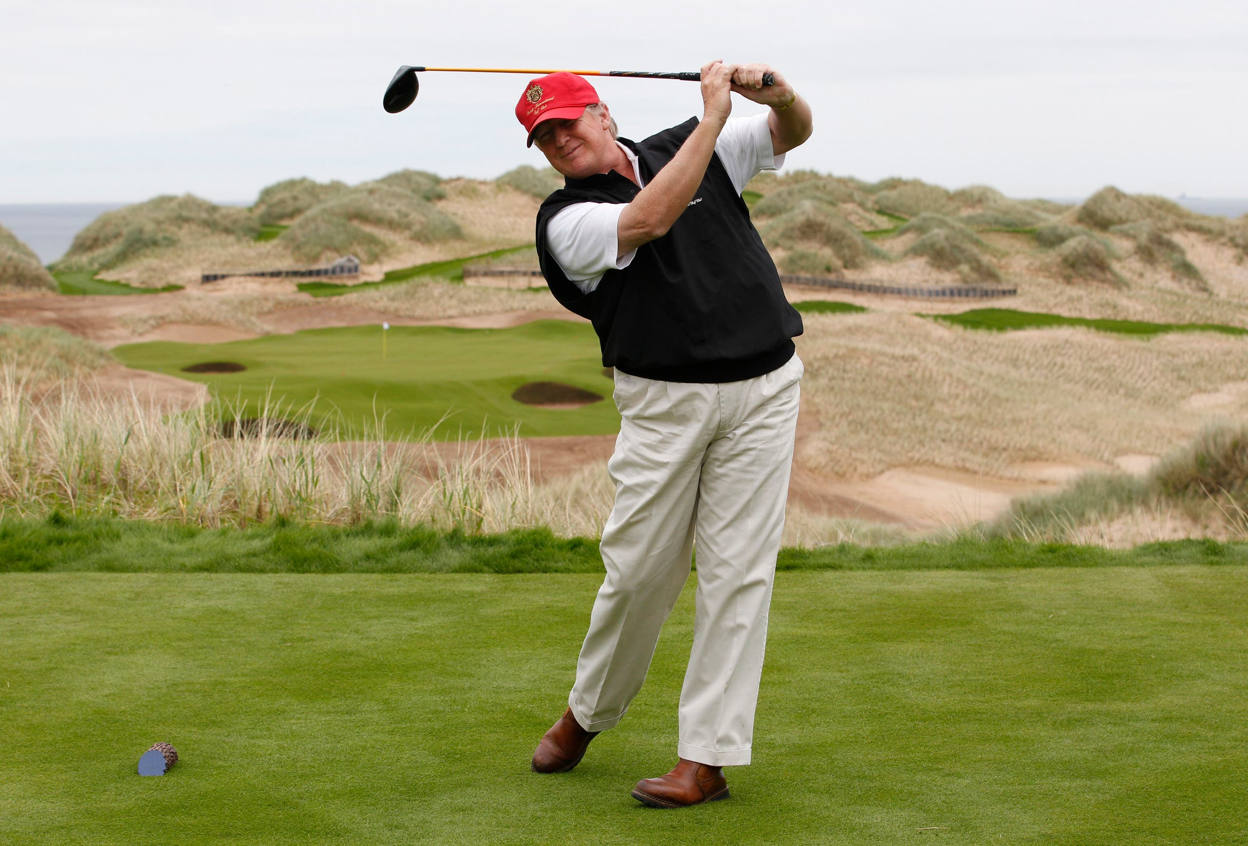 ترمب يمارس رياضة الغولف في أحد ملاعبه البالغ عددها 18 ملعبا