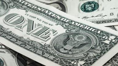 الدولار يتراجع قبيل تعليقات لمسؤولين بالمركزي الأميركي