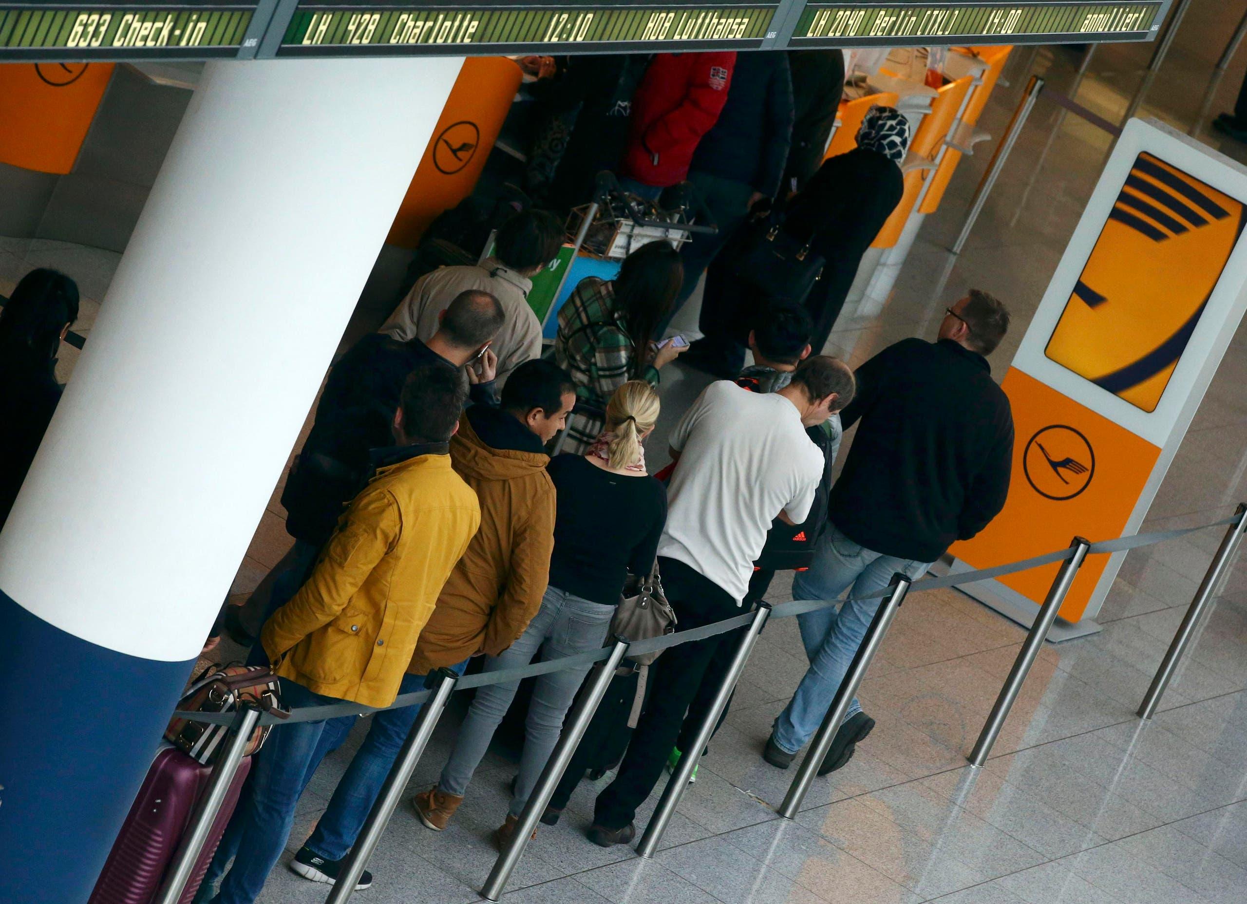 مسافرون ينتظرون في مطار ميونخ