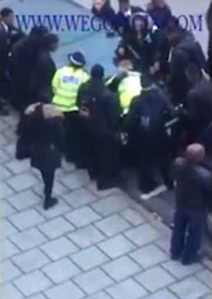 الطلاب والطالبات هاجموا ضابط الشرطة مثل قطيع من الذئاب