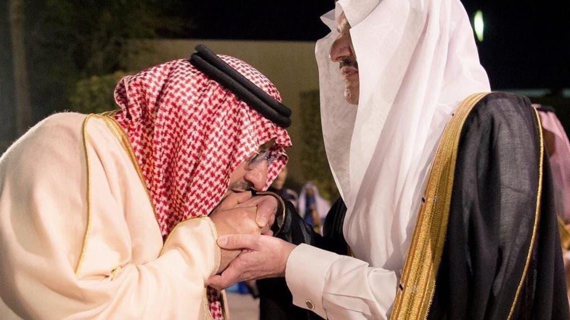 ولي العهد الأمير محمد بن نايف يقبل يد شقيقه الأكبر الأمير سعود بن نايف - الرئيسية