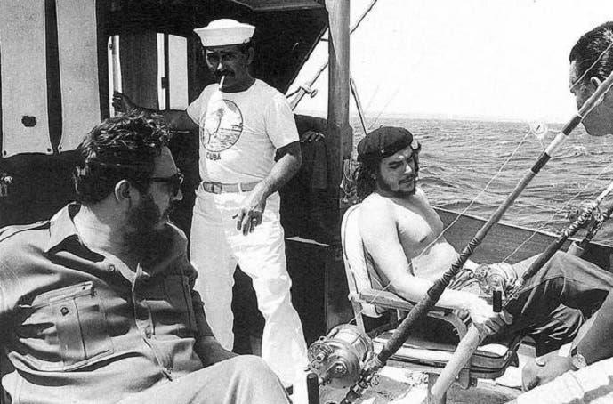 كاسترو وتشي غيفارا أثناء رحلة صيد سمك في 1960 قرب هافانا