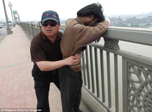 شن سي يمنع شخصا من الانتحار
