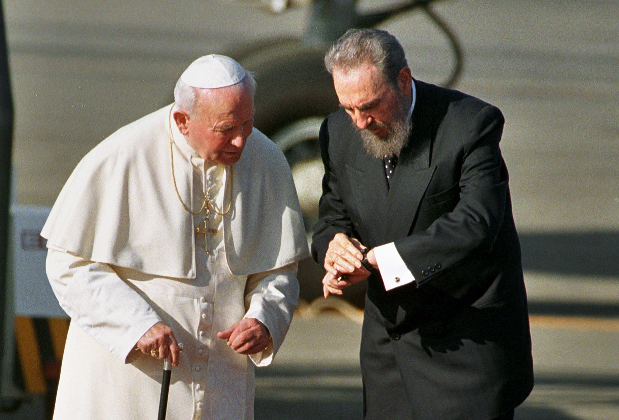 Cuban President Fidel Castro, right, and Pope John Paul II are seen during a welcoming ceremony in Havana, Cuba in this file photo from Jan. 21, 1998. (AP)