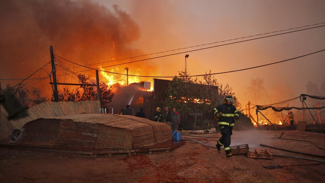 Firefighters helps extinguish a new fire that broke out in the Israeli town of Nataf, west of the Arab Israeli town of Abu Ghosh, along the border with the occupied West Bank on November 25, 2016. (AFP)