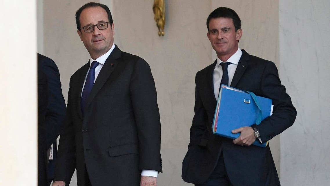 French President Francois Hollande (L) and French Prime Minister Manuel Valls leave after the weekly cabinet meeting on November 23, 2016 at the Elysee presidential Palace in Paris.  STEPHANE DE SAKUTIN / AFP