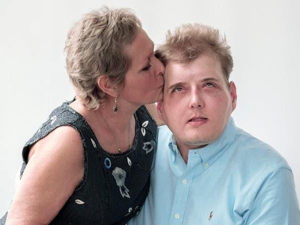 شاهد.. أم تلتقي بوجه ابنها بعد عام من وفاته