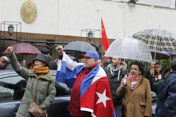 رحيل كاسترو أظهر حدة الانقسام بين الكوبيين في الداخل والخارج