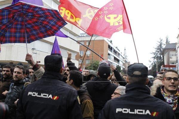 الحشود تجمعت أمام سفارة كوبا في مدريد عقب إعلان رحيل كاسترو