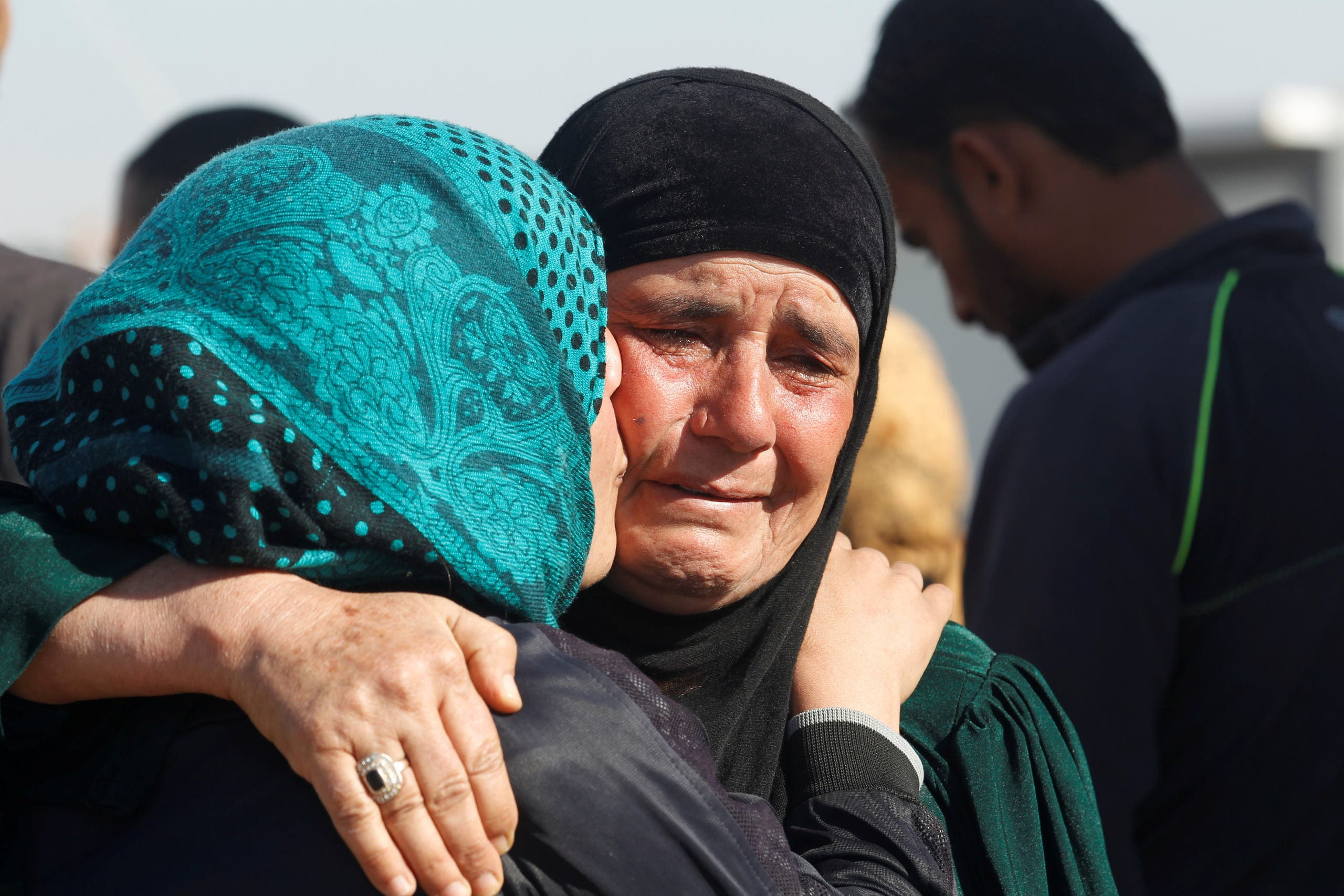 Displaced Iraqi people, who fled the Islamic State stronghold of Mosul, hug each other as they meet for the first time since they fled Mosul, at Khazer camp, Iraq November 26, 2016. REUTERS