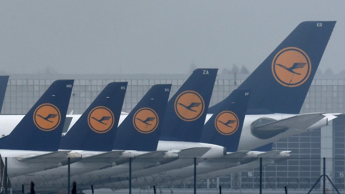 Airplanes of German airline Lufthansa are parked at the Franz-Josef-Strauss airport in Munich, southern Germany, on November 24, 2016. Pilots at German flagship carrier Lufthansa stayed away from work for a second straight day, forcing the airline to scrap 912 flights and grounding 115,000 more passengers. CHRISTOF STACHE / AFP