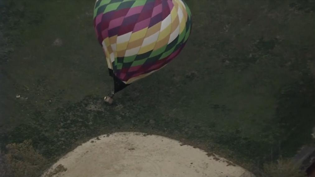 لحظة ارتطام البالون بالأرض