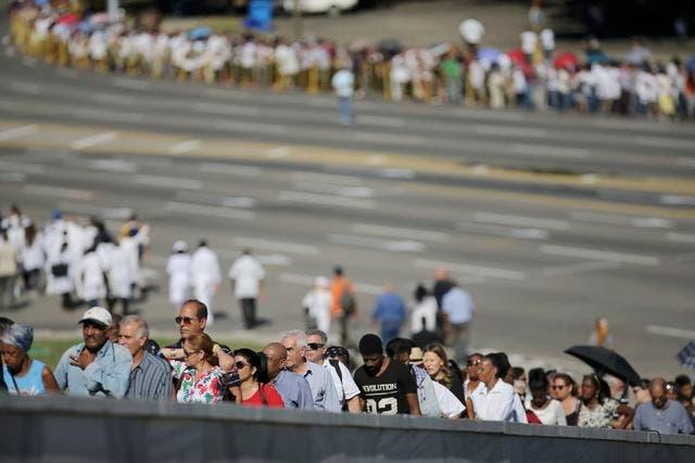 رحيل كاسترو أصاب الكوبيين في الداخل بصدمة