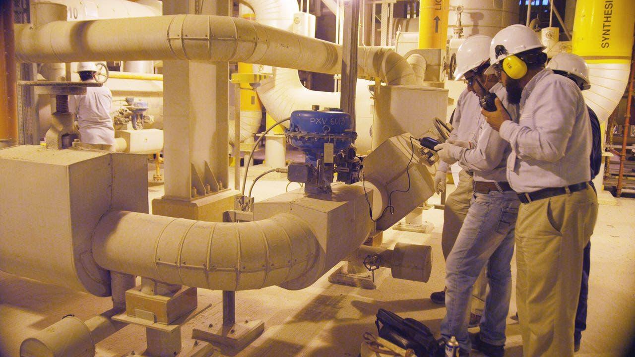 الشباب السعودي يقومون بالعمليات التصنيعية في مجمعات معادن لصناعة الفوسفات وصناعة الألمنيوم في رأس