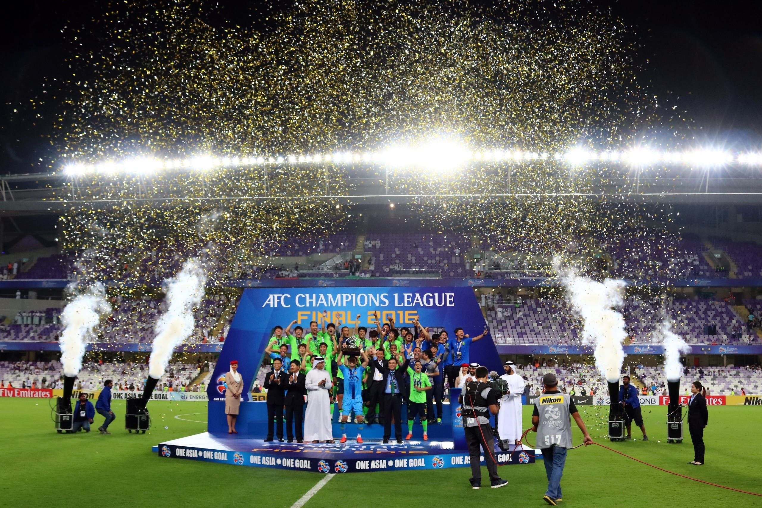Jeonbuk players celebrate as they are crowned champions following their AFC Champions League final between UAE's Al-Ain and South Korea's Jeonbuk Hyundai Motors at the Hazza bin Zayed Stadium in Al-Ain on November 26, 2016. (AFP)