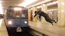 الروسي الذي يتحدى القطارات أن تصدمه وهو يتطاير أمامها