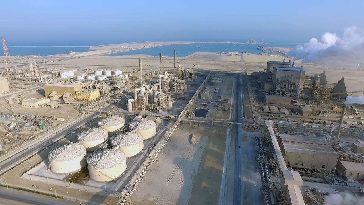 مجمع معادن لصناعة الفوسفات في مدينة رأس الخير ويظهر في الصورة ميناء رأس الخير