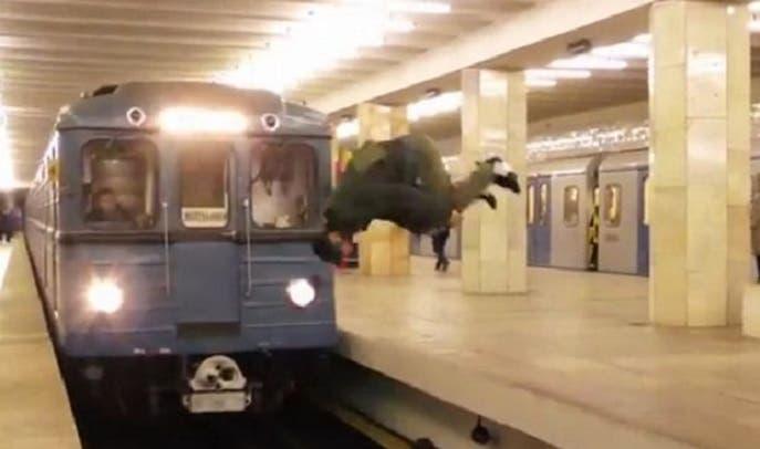 نصف متر فقط يفصل بين القطار والقافز الجمبازي الطراز أمامه