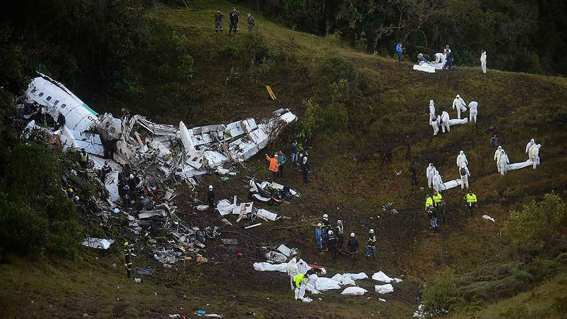 Rescuers search for survivors from the wreckage of the LAMIA airlines charter plane carrying members of the Chapecoense Real football team that crashed in the mountains of Cerro Gordo, municipality of La Union, on November 29, 2016. A charter plane carrying the Brazilian football team crashed in the mountains in Colombia late Monday, killing as many as 75 people, officials said.  Raul ARBOLEDA / AFP
