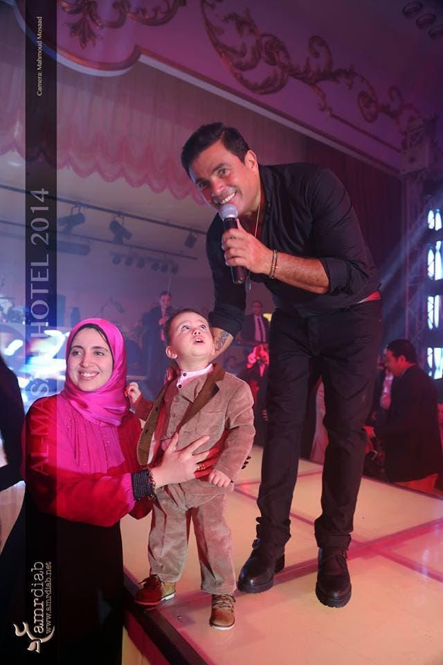 عمرو دياب في احدى حفلاته السابقة